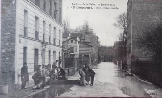 Renault rue Gustave Sandoz. Crue de 1910.