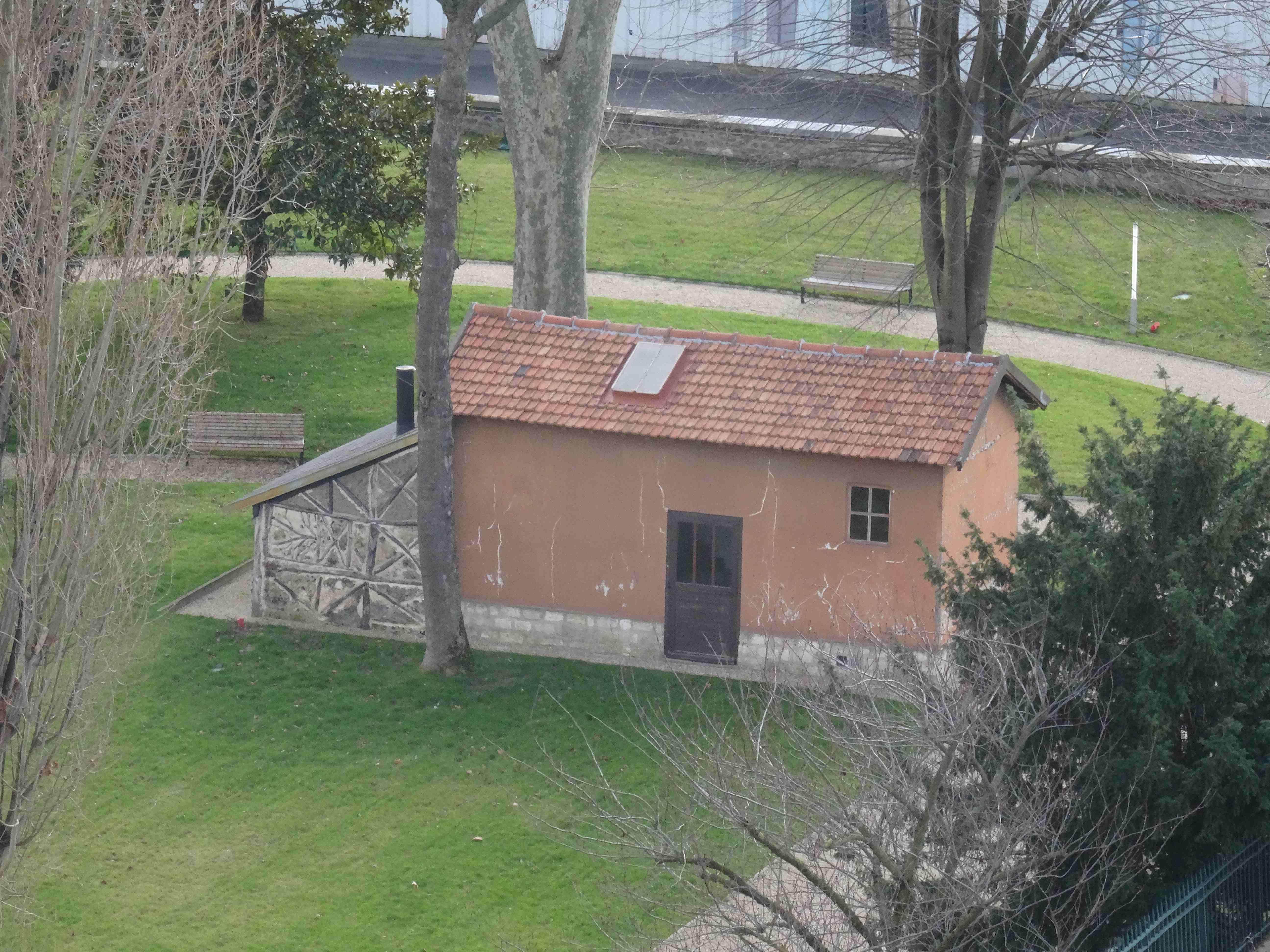La cabane dans le jardin du bâtiment Dreyfus
