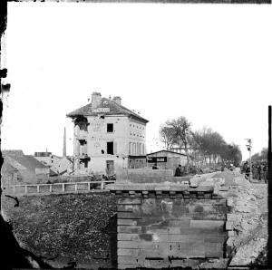 Pont de Sèvres et hotel du Parlementaire bombardé par la redoute prussienne de Breteuil-1871