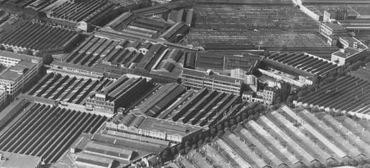 """Le """"village gaulois"""" photo 1962env Roger Henrard. Un bloc de maisons isolé au milieu de l'usine."""