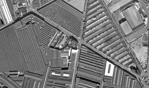 Le village gaulois, perdu au milieu des toitures.