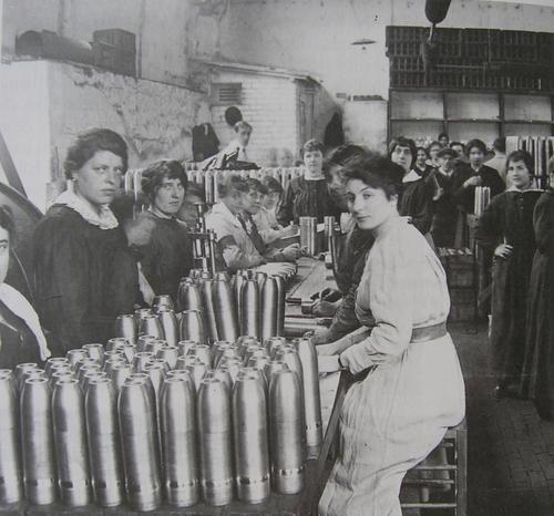 Chez Renault les femmes à la fabrication des obus pendant la première guerre mondiale