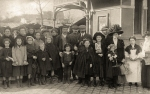 Photo 16 - Photo de groupe à l'entrée principale du marché