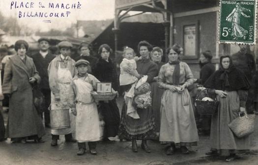 Photo 17 - Photo de groupe à l'entrée principale du marché