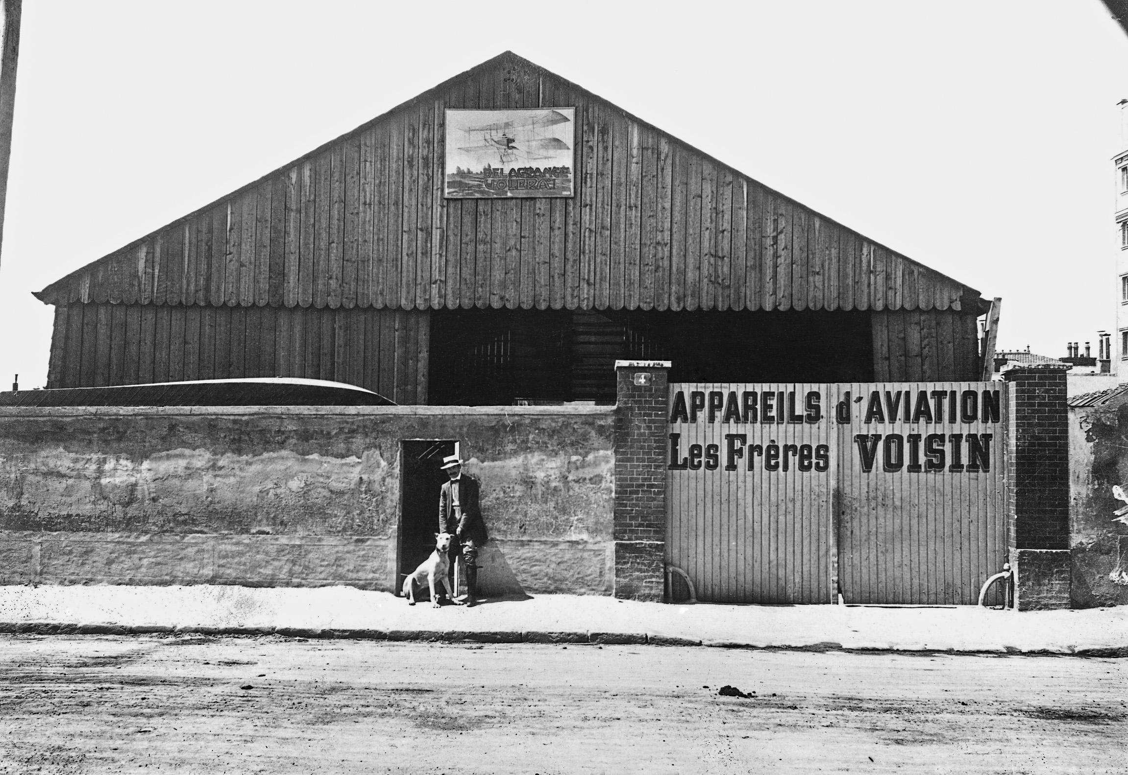 Charles Voisin et le chien Stop, 4 rue de la ferme à Billancourt. Archives municipales de Boulogne-Billancourt