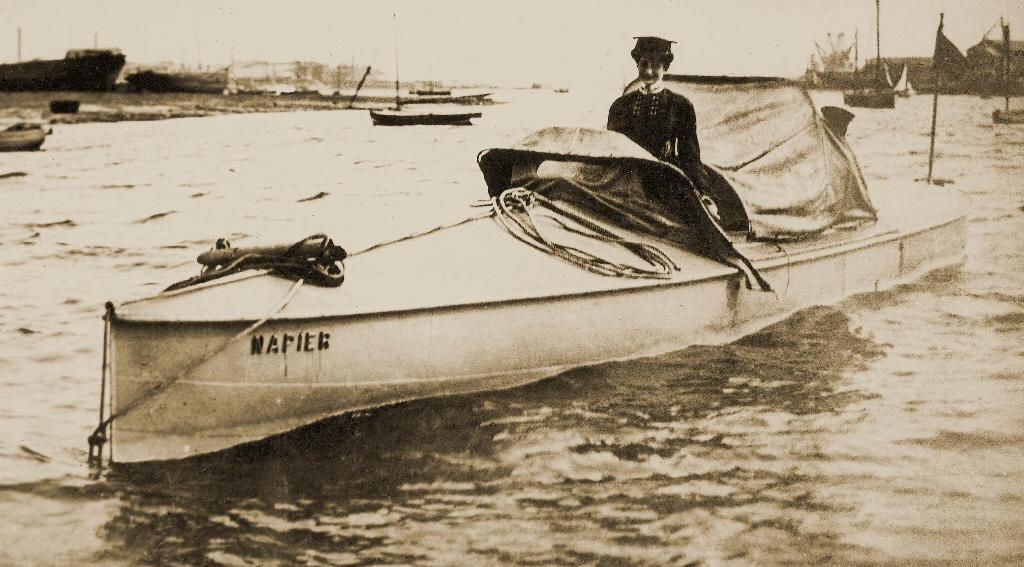 Dorothy Levitt aux commandes du moteur Napier en 1903