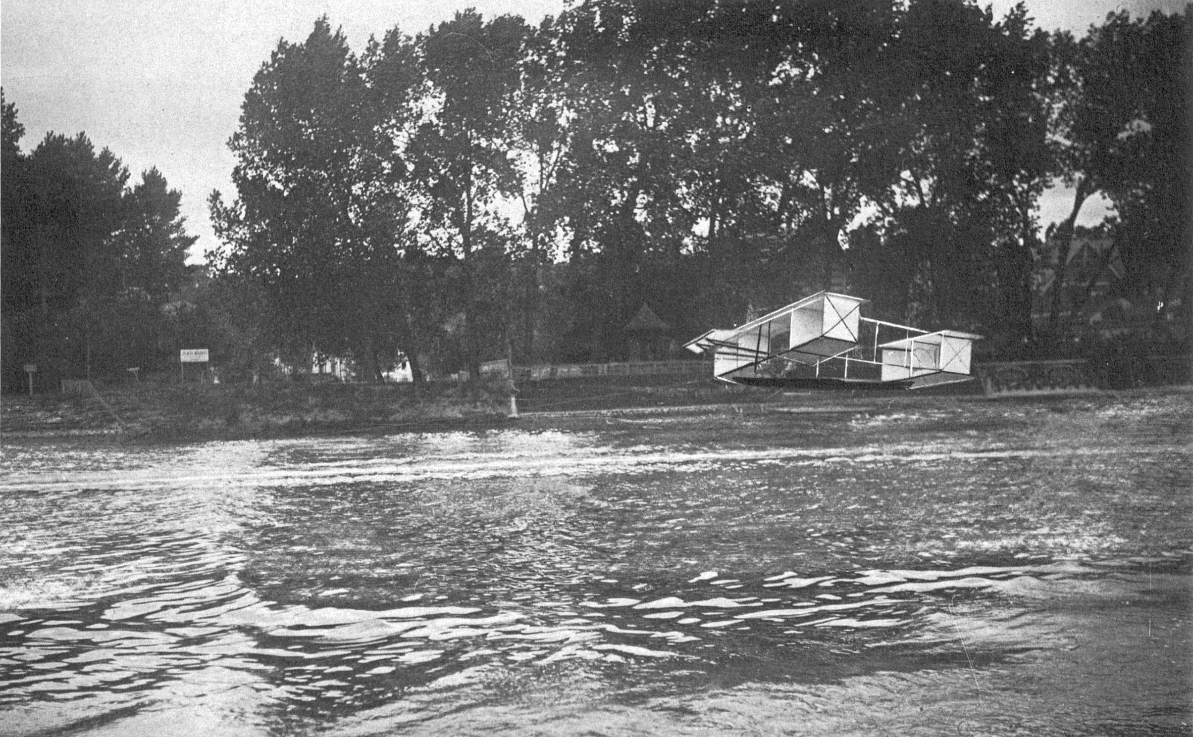 Essai de planeur tracté entre les ponts de Billancourt et de Sèvres. BNF
