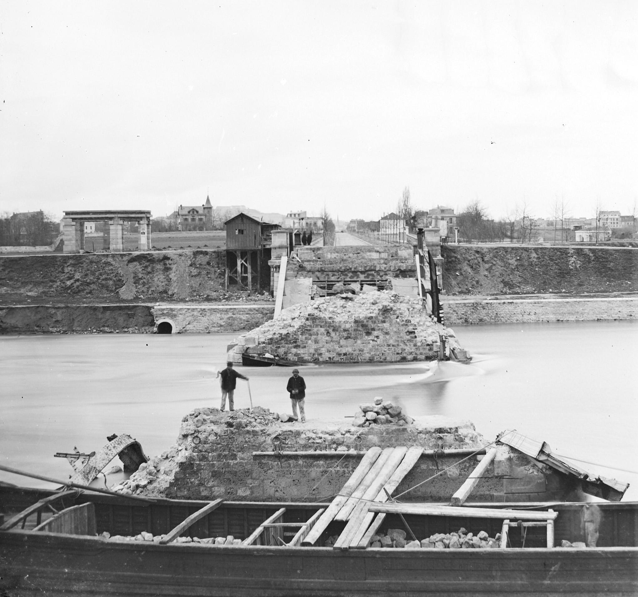 Déblaiement du pont de Billancourt vu depuis la rive droite-1871