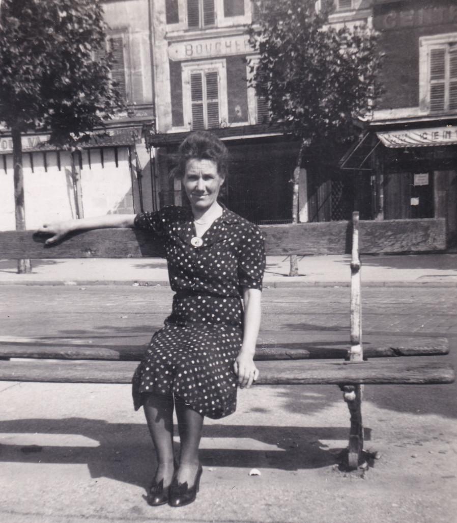 1944 17 septembre mère d'Emilia Place Nationale cropped