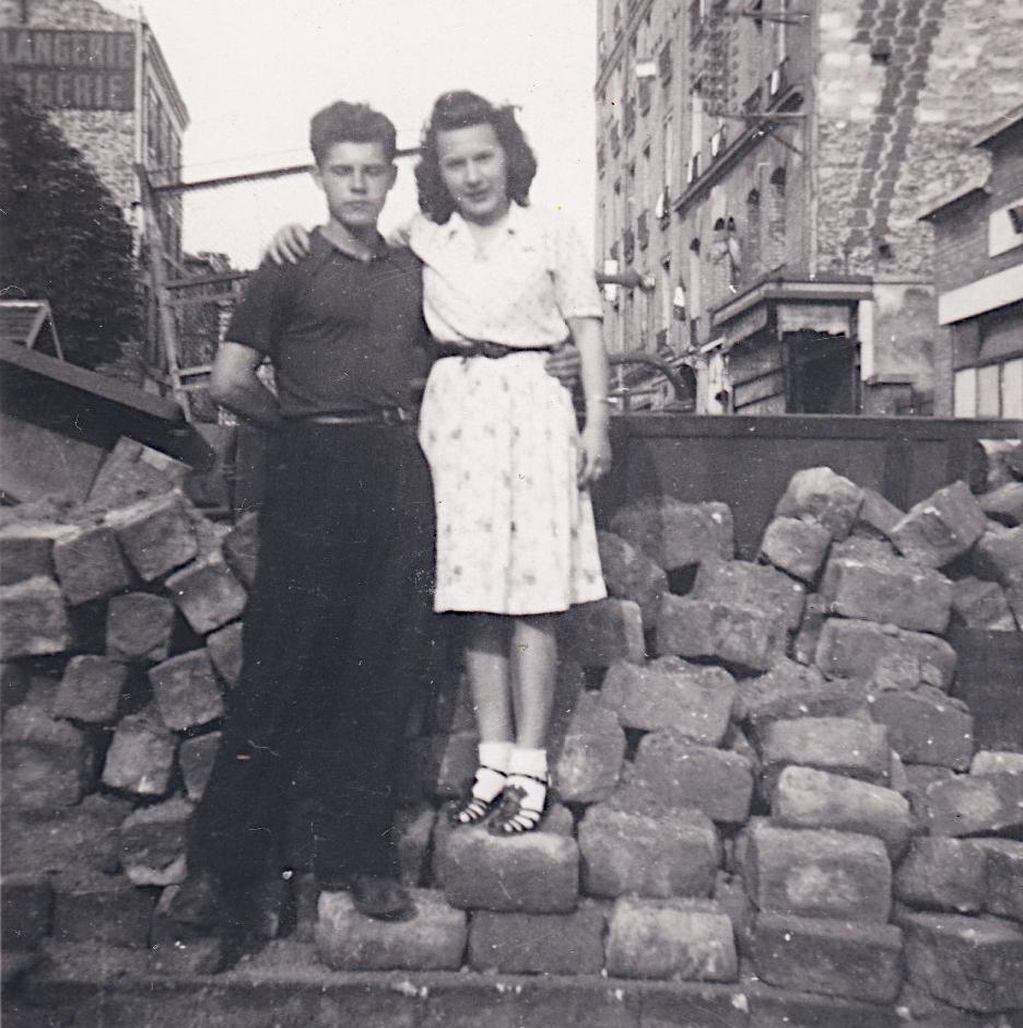 1944 26 août Barricade rue du Point du Jour Emilia et Georges François Cropped