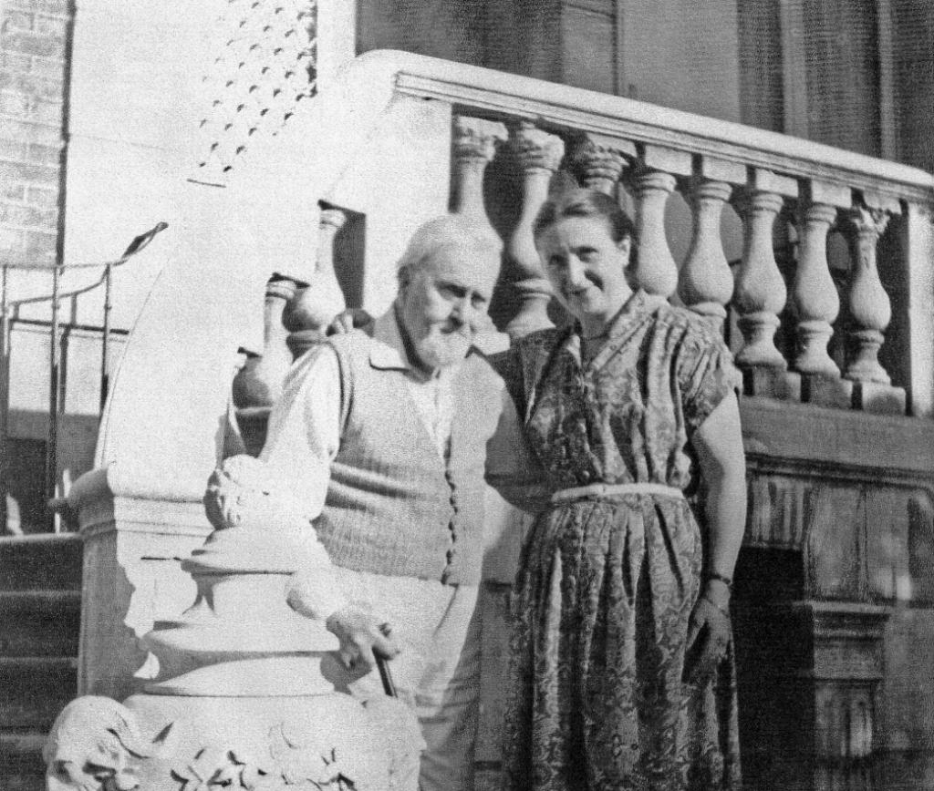 Charles Fano et Louise Pleskoff devant le perron